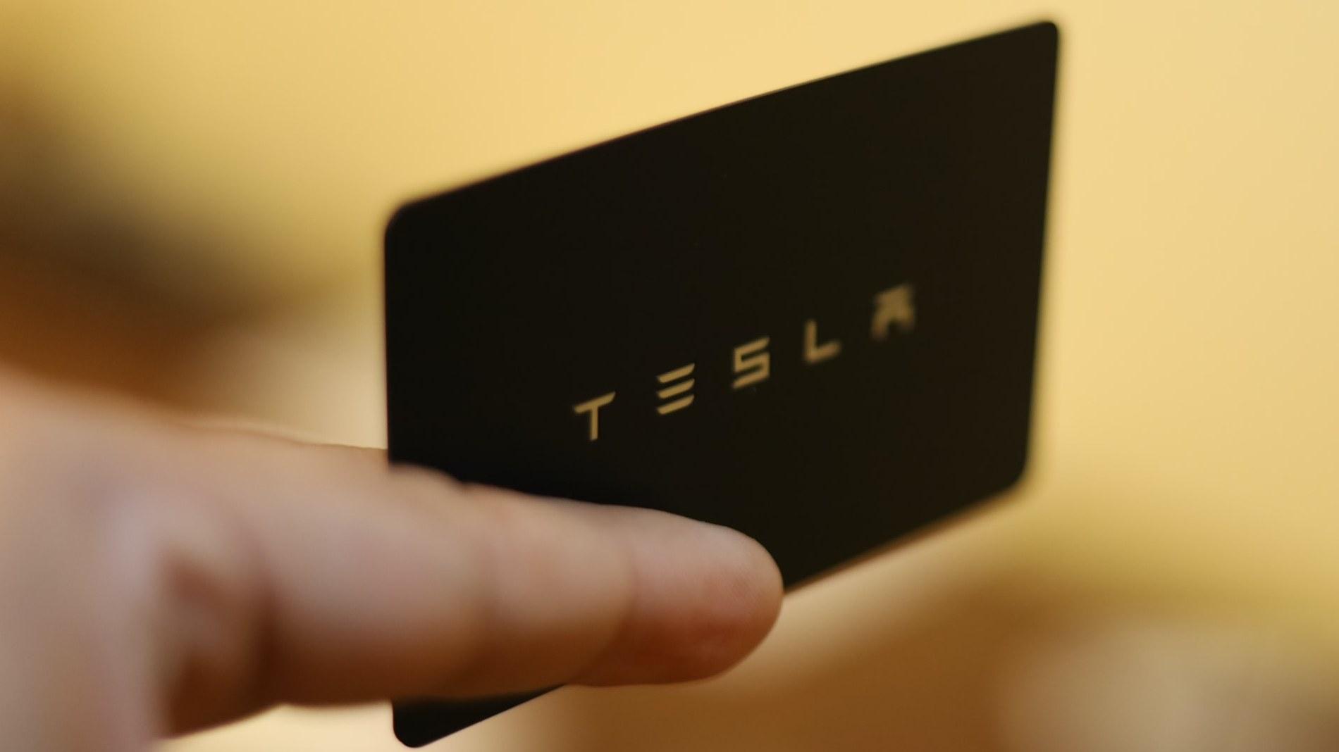 Una carta brandizzata Tesla