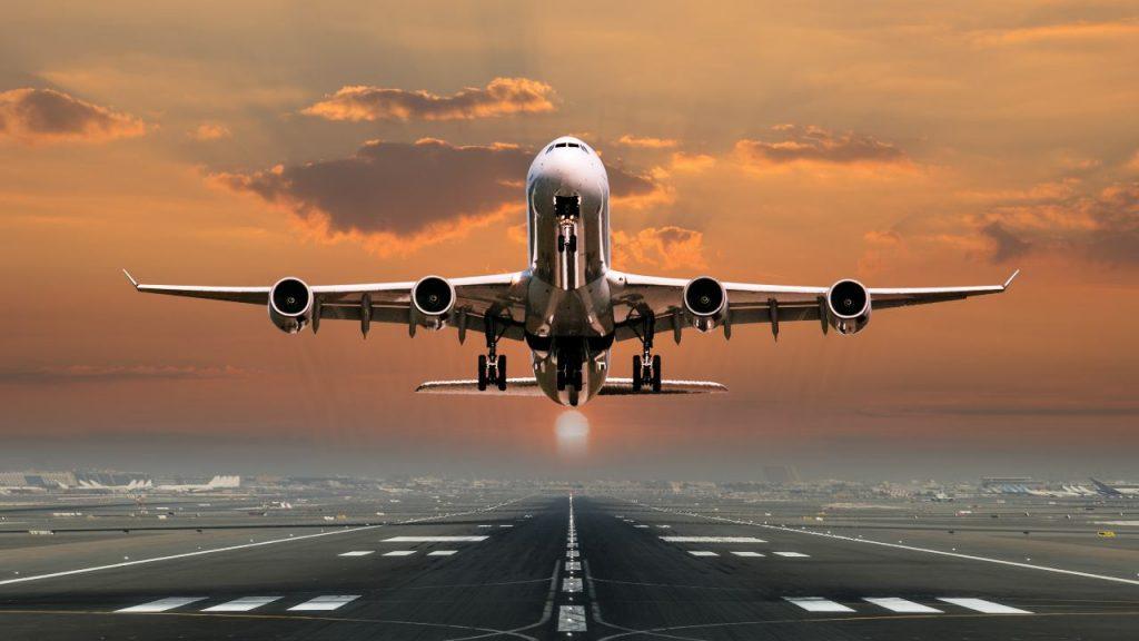 aereo di linea in decollo