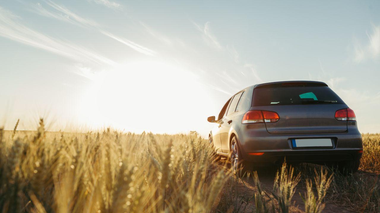 auto su campo aperto