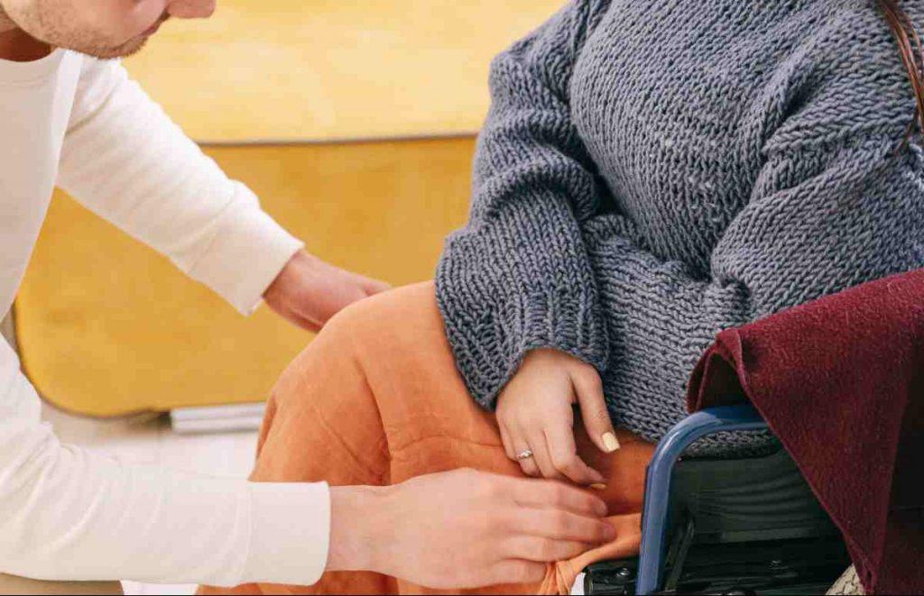 Assegno pensione fino a 1.500 euro per chi assiste un familiare con legge 104